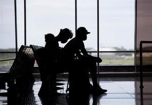 Viajeros usan tapabocas como protección ante la pandemia del coronavirus, en Santo Domingo, República Dominicana.