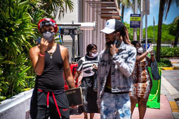 Un grupo de personas pasean en South Beach, en Miami, Florida, EE.UU.
