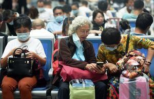 Viajeros en una estación de tren en Hangzhou, en la provincia china de Zhejiang.