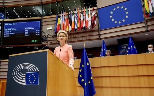 La presidenta de la Comisión Europea (CE), Ursula von der Leyen, en su intervención ante el pleno del Parlamento Europeo, durante su primer discurso del Estado de la Unión.