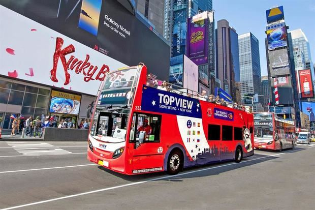 Fotografía cedida por la empresa TopView Sightseeing Tours por vía de NYC & Company donde se muestra a un autobús turístico recorriendo con turistas las calles de Nueva York, EE.UU.