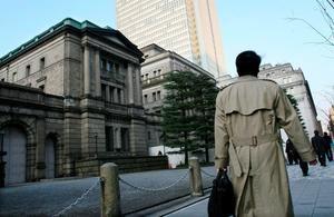 Un empresario pasa delante del edificio del Banco de Japón, en el centro de Tokio, Japón.