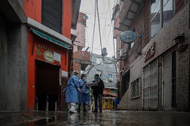 Personal de sanidad realiza una búsqueda casa por casa de casos positivos de la COVID-19, este lunes, en el barrio Fraga de Chacarita, en la Ciudad de Buenos Aires, Argentina.