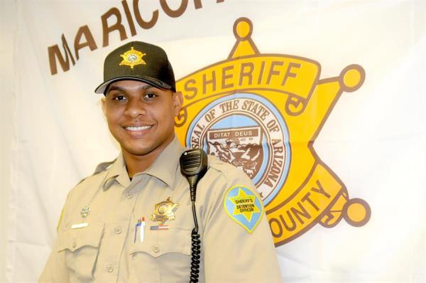 Expelotero dominicano cambió el guante por una placa de policía en EE.UU
