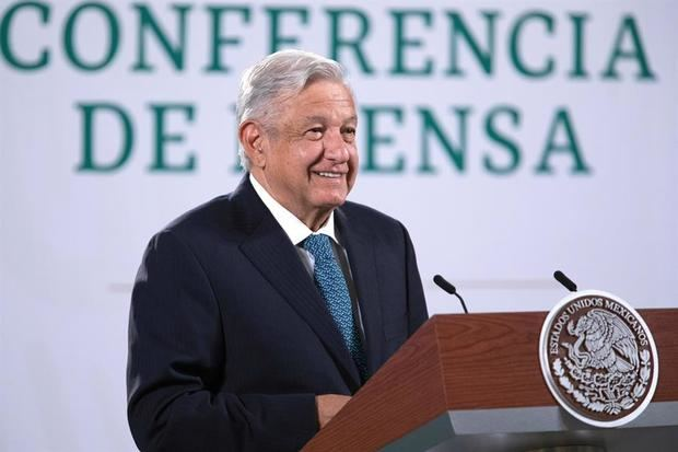 Fotografía cedida hoy por la presidencia de México, del mandatario mexicano Andrés Manuel López Obrador, durante una rueda de prensa matutina en Palacio Nacional de la Ciudad de México, México.