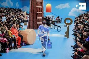 El traje masculino se impone en París como la solución al despilfarro.