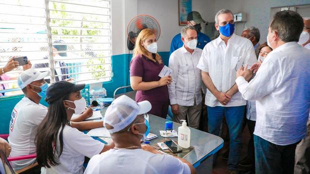 Presidente Abinader motiva a vacunarse en Baní para activar economía y empleos