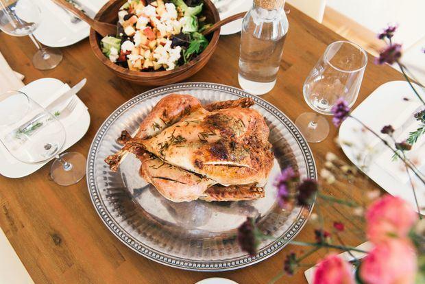Muchos cocinan pavos adoptando la versión norte americana, pero también se han ido añadiendo platos criollos con el sazón y la diversidad que tanto nos caracteriza.