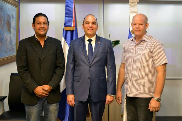 Aduanas firma acuerdo con importadores y distribuidores de repuestos usados