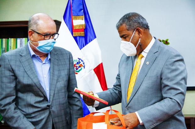 Archivo General de la Nación recibe visita de ministro de la Administración Pública