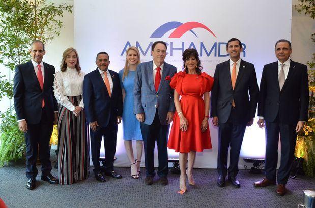 Miembros del Consejo Directivo de AMCHAMDR junto a la Embajadora Bernstein y su familia.