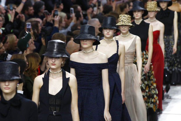 Dior vuelve a transformar la pasarela en un manifiesto feminista