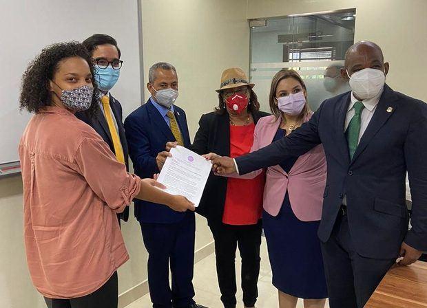 Grupo entrega a diputados firmas de apoyo al aborto