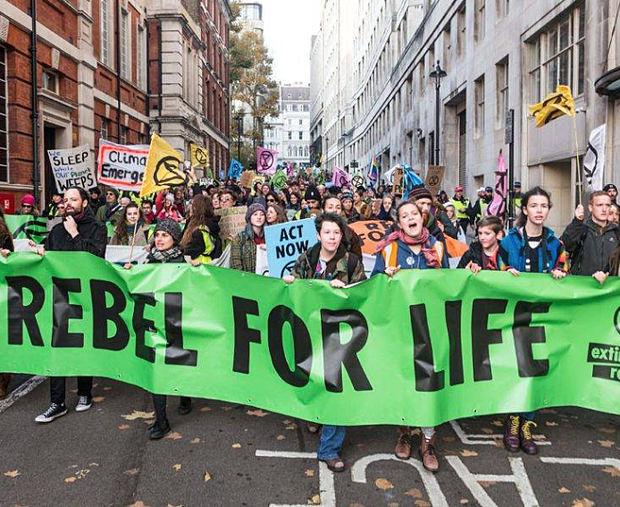 Mil ecologistas reclaman medidas urgentes frente al Parlamento británico
