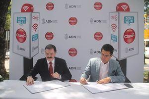 Presidente de la empresa de telecomunicaciones Claro Dominicana, Rogelio Viesca y el alcalde del Distrito Nacional David Collado firmaron un acuerdo para ofrecer internet.
