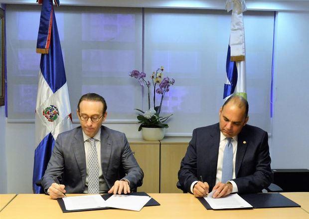 Firma del acuerdo entre el director general de Aduanas, Enrique A. Ramírez Paniagua, y el presidente de Rivlas, Giuseppe Bonarelli Schiffino, en un acto llevado a cabo en la sede de la DGA.