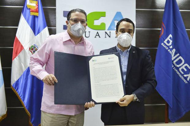 Eduardo Sanz Lovatón y Juan Mustafá Michel, durante la firma del acuerdo entre la DGA y Bandex.