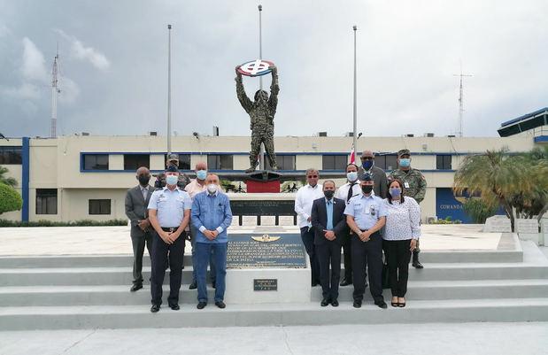 Juan Pablo Uribe y Adonis Martín, junto a miembros de la FARD, la UASD y CPEP, en la Plaza de los Caídos.