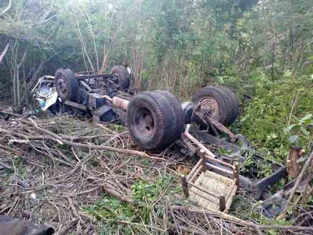 Al menos cinco personas mueren tras volcarse un camión en provincia Barahona.