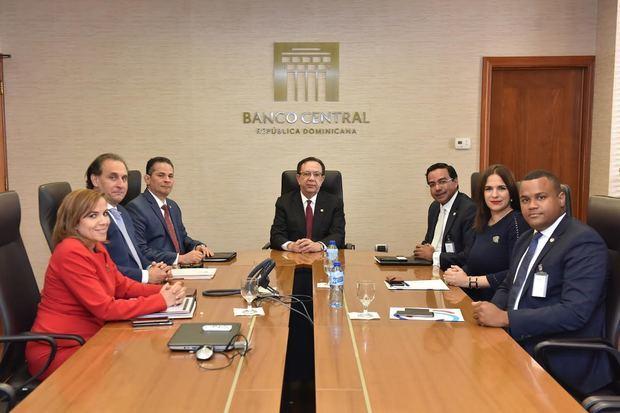 El gobernador del Banco Central de la República Dominicana BCRD, licenciado Héctor Valdez Albizu, recibió al director ejecutivo del Centro de Exportación e Inversión de la República Dominicana, CEI-RD, ingeniero Marius de León, junto a otros miembros de su equipo.