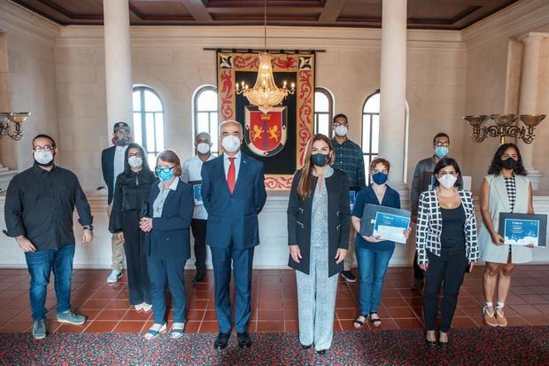 Embajador de la Unión Europea en la República Dominicana, Gianluca Grippa,  la alcaldesa del Distrito Nacional, Carolina Mejía junto a los ganadores.