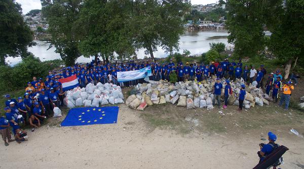Delegaciones diplomáticas de la UE recogen basura área del Río Ozama