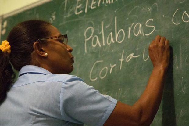 Casi 693,000 personas completaron programa contra el analfabetismo en 7 años
