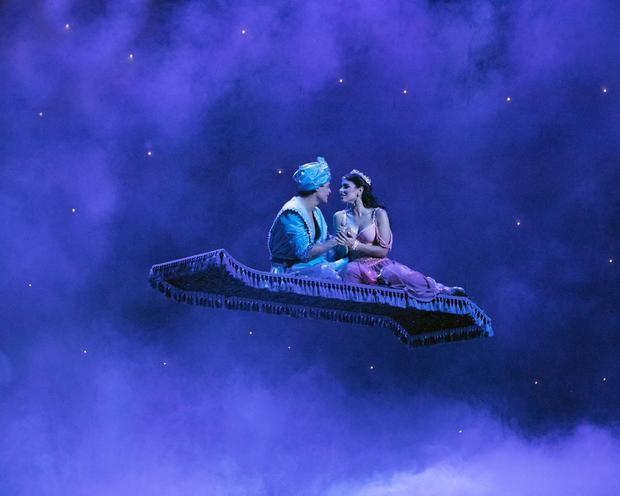 Aladino y Nazira en la alfombra mágica.