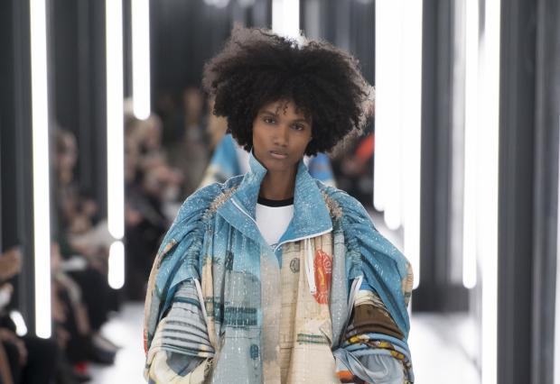 La dominicana Ámbar Cristal Zarzuela abre la colección de Louis Vuitton