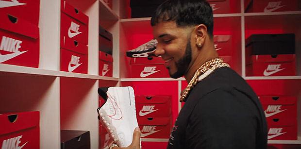 """El cantante urbano Anuel AA se convirtió en rostro de la nueva campaña de regreso a clases """"We Live Sneakers"""" del calzado de deportes Foot Locker."""