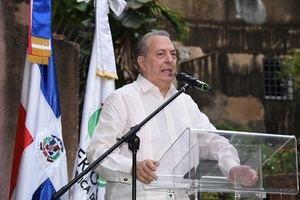 Arquitecto Eduardo Selman, ministro de Cultura, habla en la apertura del festival de teatro.