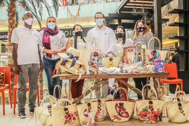 La Industria Nacional de la Aguja (INAGUJA) y el Club de Madres Juncalito participaron en el Mercado Central de Ágora Mall.