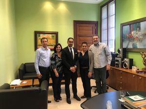 Oscar Abreu junto a Felix German y personal de la Dirección General de Bellas Artes.