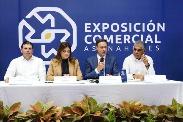 El procurador Jean Rodríguez (centro) agradeció al Ministerio de Turismo y a ASONAHORES por sumarse a la lucha contra la violencia de género. Le acompañan Paola Rainieri y Andrés Marranzini (izquierda) presidenta y vicepresidente ejecutivo de ASONAHORES, respectivamente, y el viceministro de Turismo, Fausto Fernández.