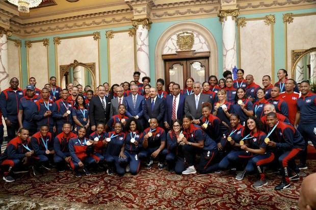 Atletas que compitieron en los Juegos Panamericanos en su visita al Palacio Nacional.
