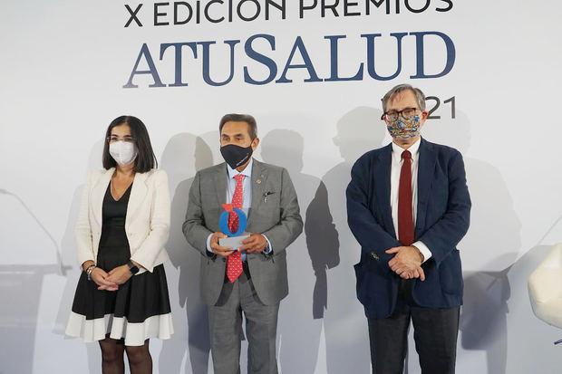 Carolina Darias, ministra de Sanidad el Dr. Gabriel Serrano, Francisco Marhuenda, director de La Razón.