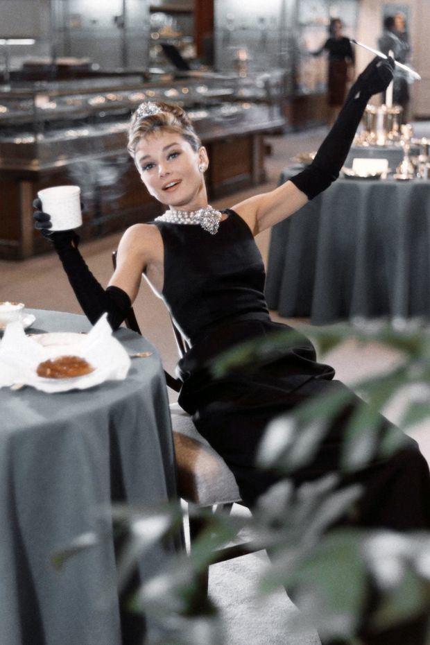 """Audrey Hepburn, durante su actuación en la película """"Breakfast at Tiffany´s"""". En esta película lució un vestido negro largo, que es posiblemente uno de los íconos al momento de hacer referencia sobre el """"LBD""""."""