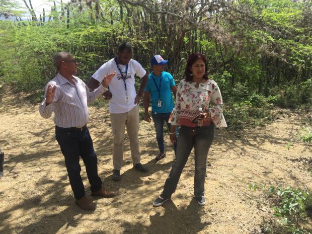 Autoridades del IAD y personal proyecto Resiliencia a la Sequía en la laguna de la comunidad Los Copeyes