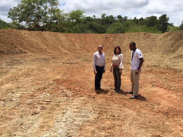 Autoridades del IAD y personal proyecto Resiliencia a la Sequía en la laguna de la comunidad Los Copeyes.