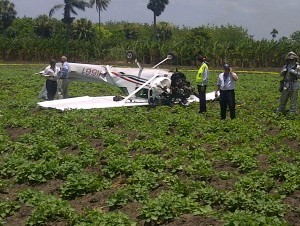 Piloto sale ileso de accidente de avioneta en campo de guineos de Montecristi