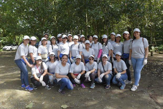 Voluntariado Avon acondiciona más de 2,000 árboles en Villa Altagracia