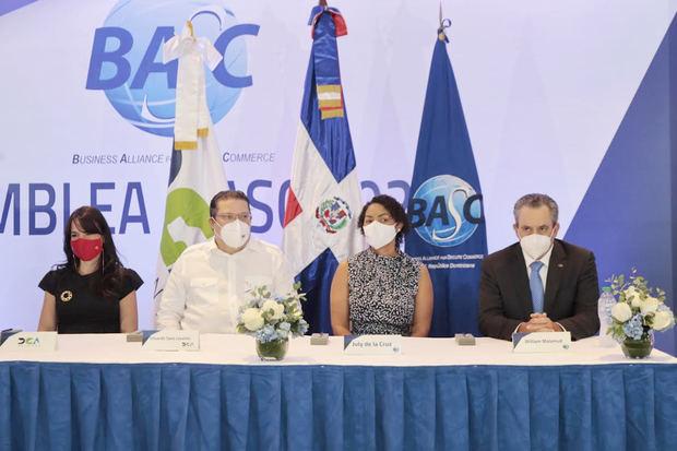 Joanna Bonnelly, funcionaria de Aduanas; Eduardo Sanz Lovatón, director; July de la Cruz, presidenta en BASC Dominicana y William Malamud, vicepresidente ejecutivo de la Cámara Americana de Comercio.