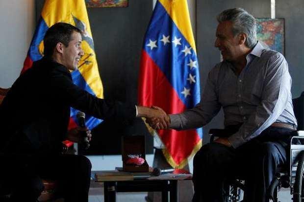El presidente Lenín Moreno saluda a Juan Guaidó.