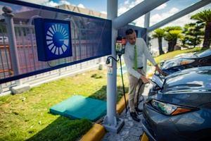 El Popular ofrece energía limpia a vehículos híbridos y eléctricos a través de su estación de carga piloto, en la Torre Popular.