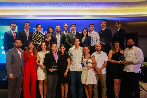 Los tres proyectos ganadores son Pasteles Nacionales, Zona Bici y Menú Factory, los cuales fueron escogidos entre más de 144 propuestas inscritas. En la foto, los representantes de las empresas junto a ejecutivos de la entidad bancaria.