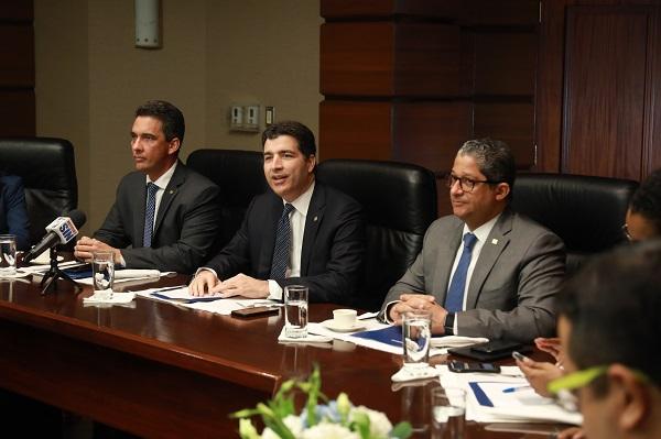 Los detalles de esta edición de la Autoferia Popular fueron ofrecidos a miembros de la prensa y líderes de opinión pública por los ejecutivos Francisco Ramírez, Christopher Paniagua e Isael Peña, de izquierda a derecha, respectivamente.