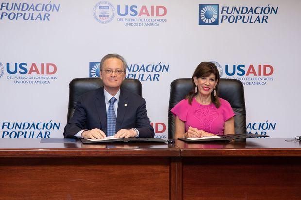 El presidente del Consejo de Administración del Grupo Popular, señor Manuel A. Grullón, y la embajadora de los Estados Unidos de América, señora Robin S. Bernstein, firmaron el memorando de entendimiento para la colaboración conjunta de la Fundación Popular y la USAID.