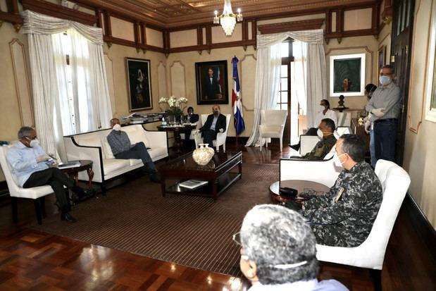 Presidente se reúne con funcionarios para pasar balance