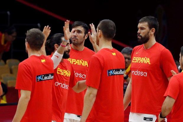 Los jugadores de la selección española Ricky Rubio (2i) y Marc Gasol (d) durante un partido del Mundial de Baloncesto de China.