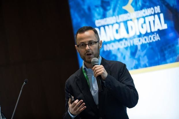 El estratega de producto senior de Somo Global Aceleradora de Productos Digitales, Nicola Bertazzoni, habla durante el Tercer Congreso Latinoamericano de Banca Digital, Innovación y Tecnología, en Santo Domingo, República Dominicana.
